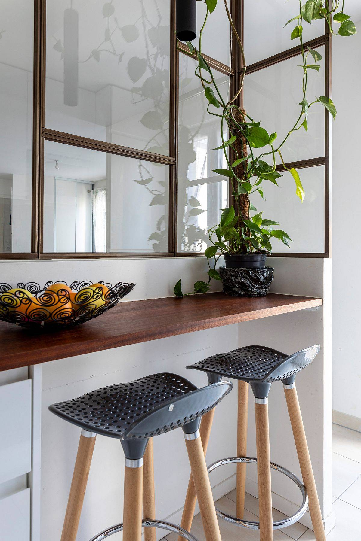 Corner-breakfast-bar-and-snack-area-perfect-for-two-78615