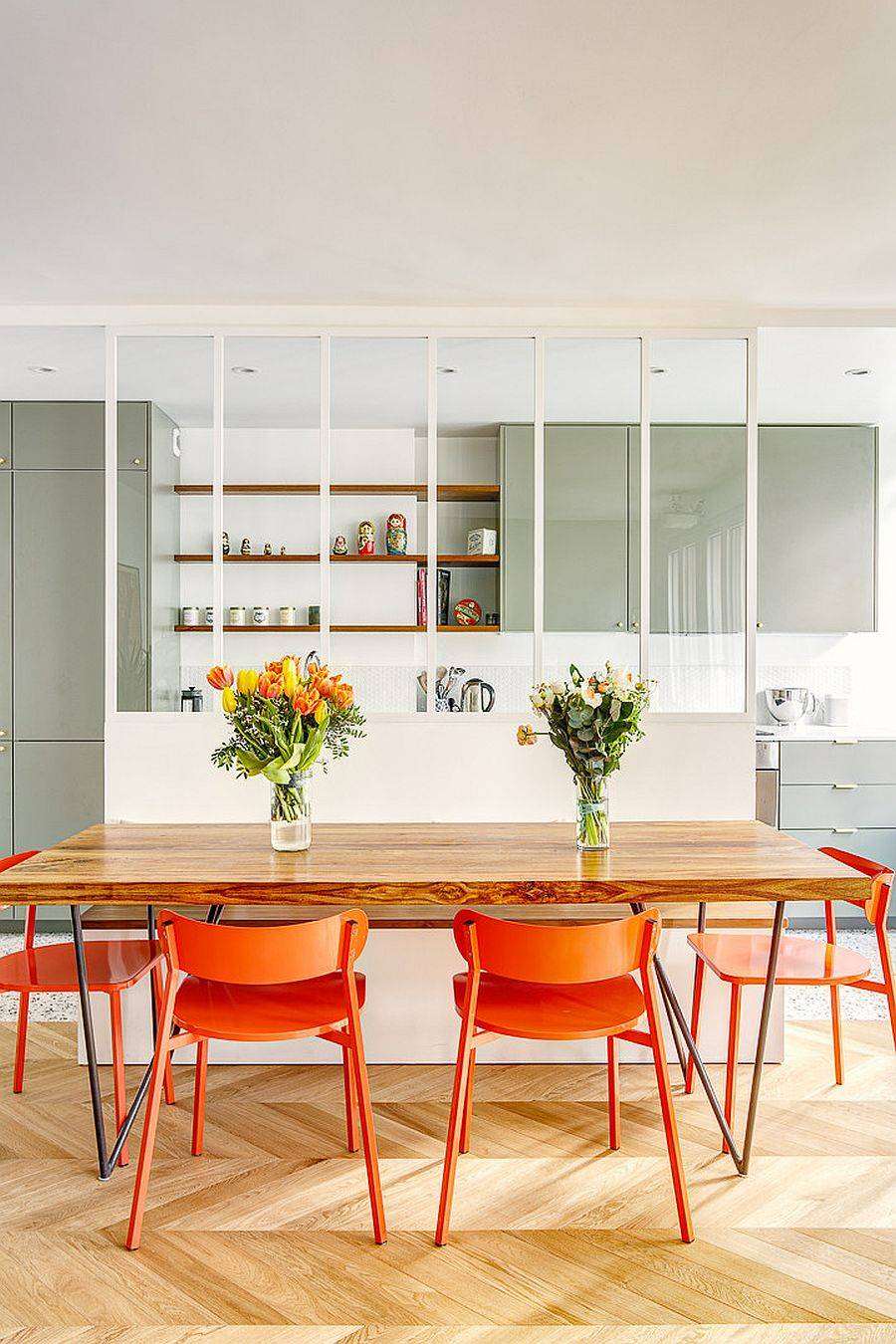 Creative partition between the dining area and kitchen delineates space