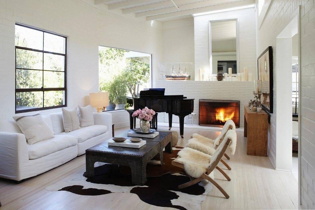 Perpaduan furnitur yang eklektik dengan karpet kulit sapiide