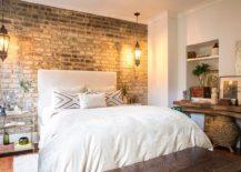 Terlihat-dinding-bata-di-kamar-ditonjolkan-oleh-penggunaan-indah-gantungan meja samping tempat tidur-25492-217x155