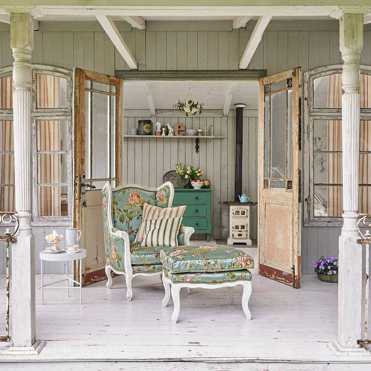 Finding the right vintage decor for your smart shabby-chic porch in white
