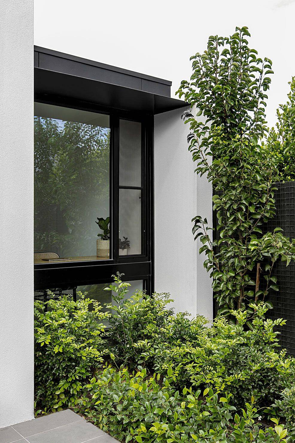 Greenery-outside-the-house-becomes-a-part-of-teh-work-area-thanks-to-large-glass-walls-93850