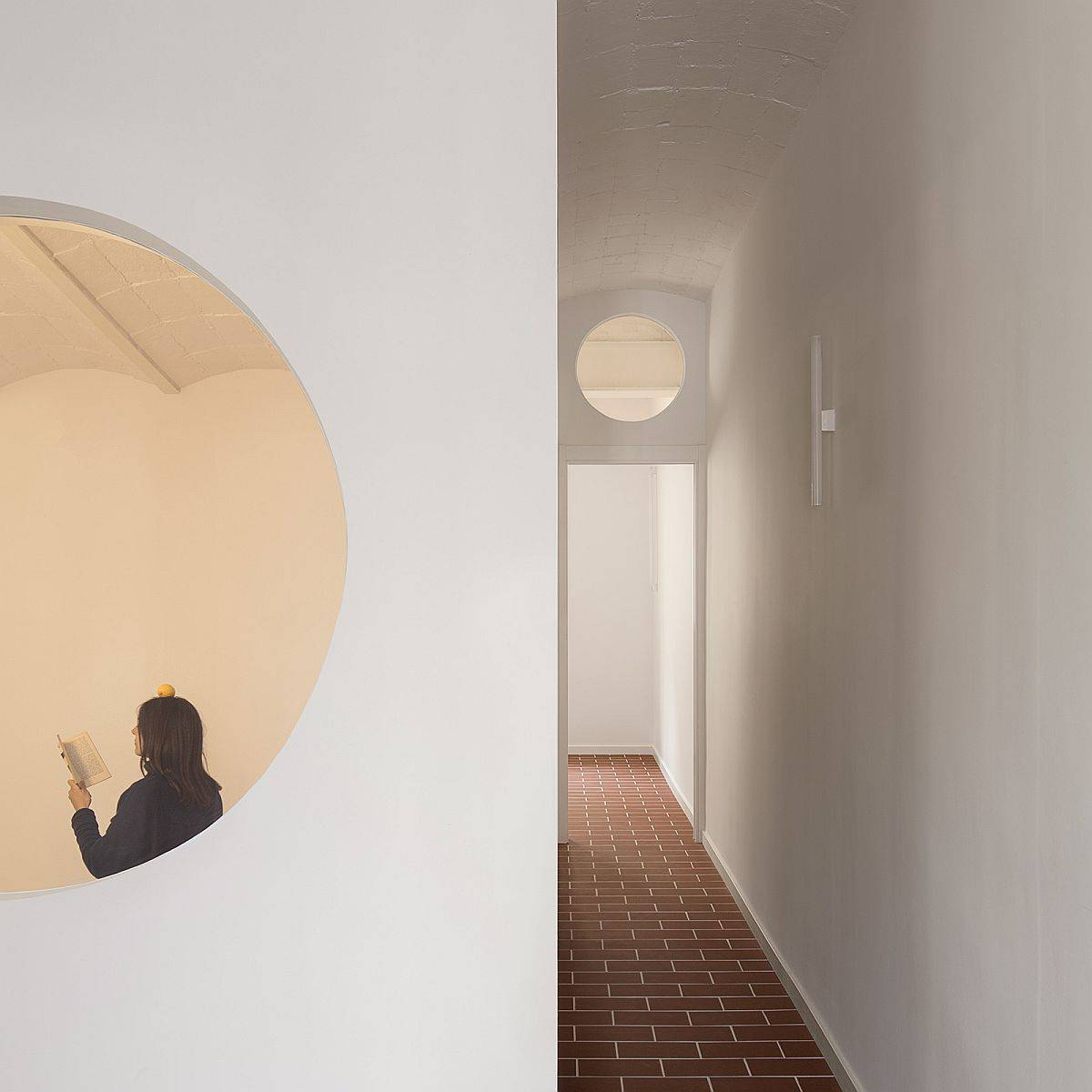 Innovative-use-of-circular-windows-inside-the-Barcelona-apartment-for-flow-of-natura-light-13920