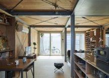 Dapur-dan-ruang tamu-rumah-dengan-rangka-baja-dan-dinding-dan-lantai-kayu-47617-217x155