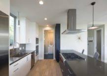 Pulau-tengah-besar-di-dapur-bersama-dengan-zona-sarapan-berdiri-dalam-kontras-dengan-nada-lebih-ringan-semua-sekitar-58656-217x155