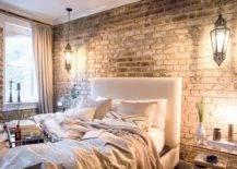 Headboard berumbai besar di kamar tidur menghadirkan kenyamanan dan kontras dengan latar belakang yang kokoh-38642-217x155