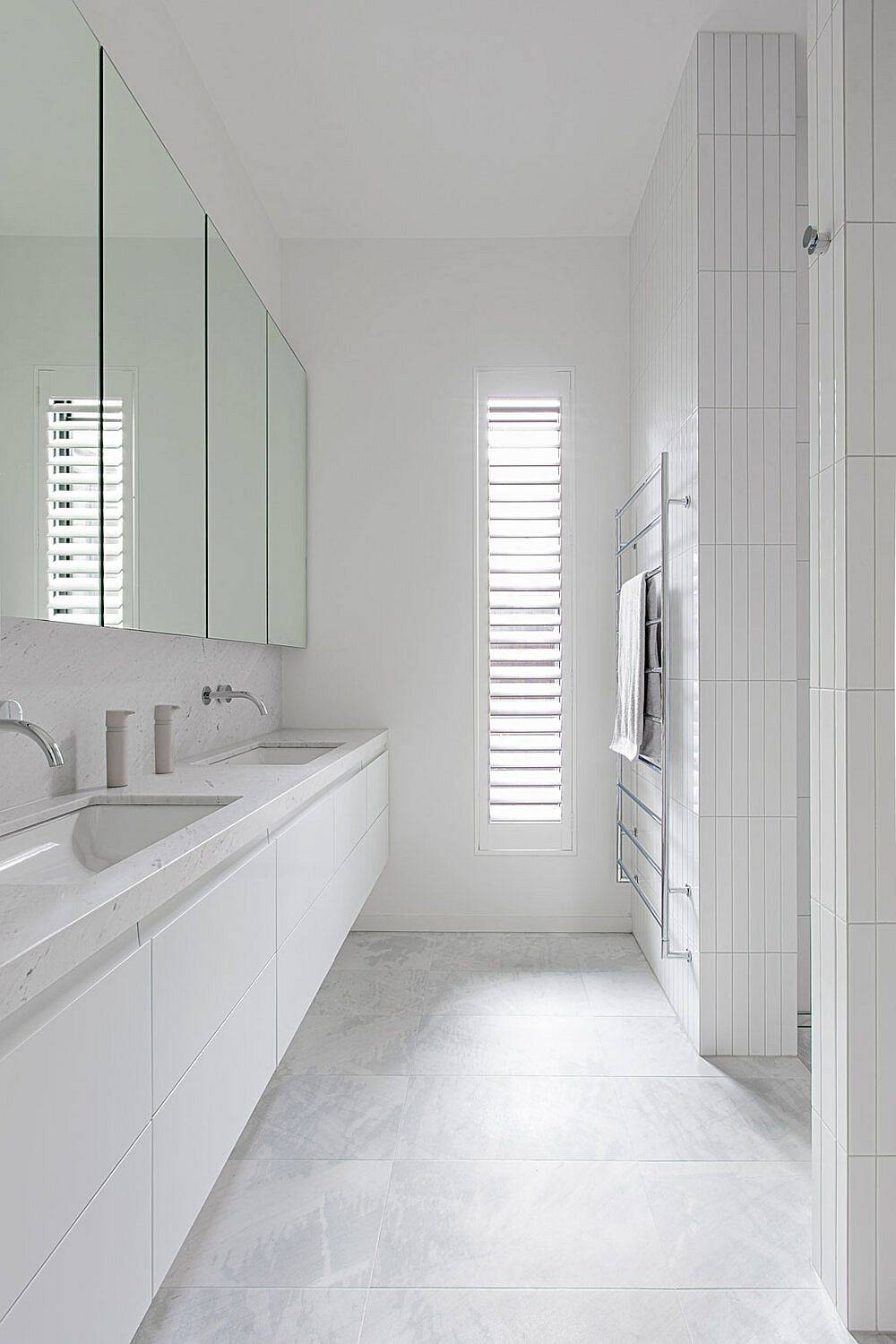 Light-filled-and-cheerful-all-white-bathroom-design-46206