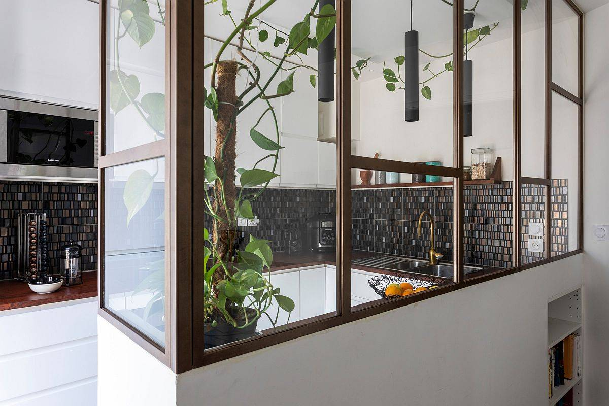 Low-wall-coupled-with-L-shaped-glass-partition-for-the-kitchen-and-dining-area-15057