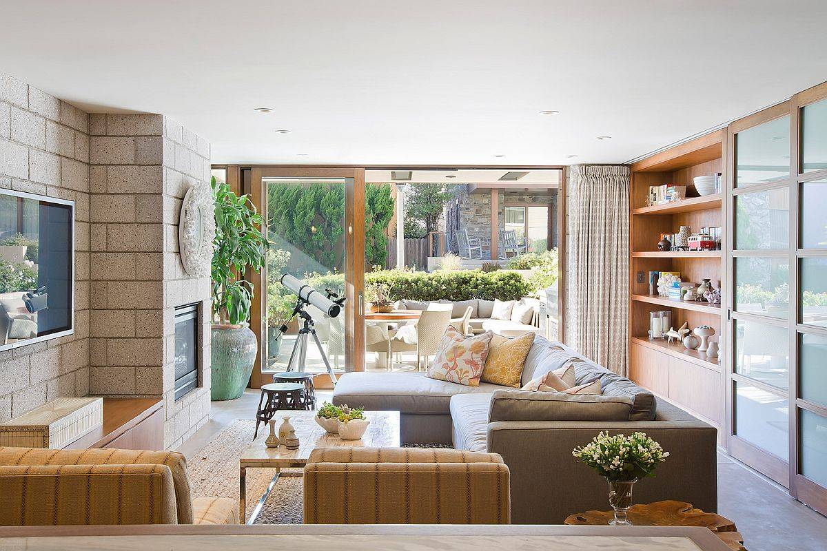 Modern-beach-style-family-room-with-woodsy-elements-thrown-into-the-mix-91852