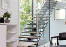Ramping-bergaya-modern-tangga-dengan-tangga-kayu-dan-pegangan logam-jaring-40386-217x155