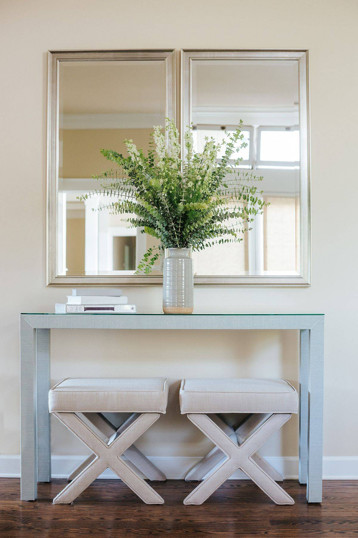 Slim-console-table-with-twin-stools-tucked-underneath-save-ample-space-whle-creating-a-simple-and-lovely-focal-point-91071