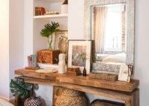 Meja-kayu-alami-ramping-di-kamar-dengan-bagian-dekorasi-pintar-43643-217x155