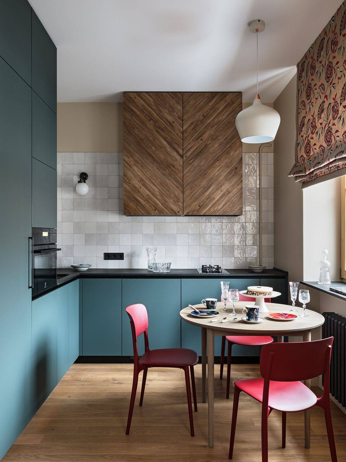 Small-contemporary-eat-in-kitchen-with-a-unique-wooden-cabinet-in-the-backdrop-39963