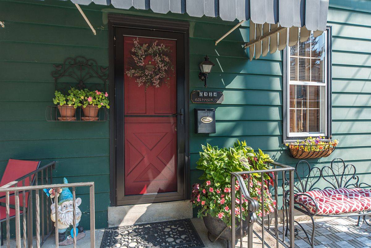 Small shabby-chic style porch and entrance decorating idea