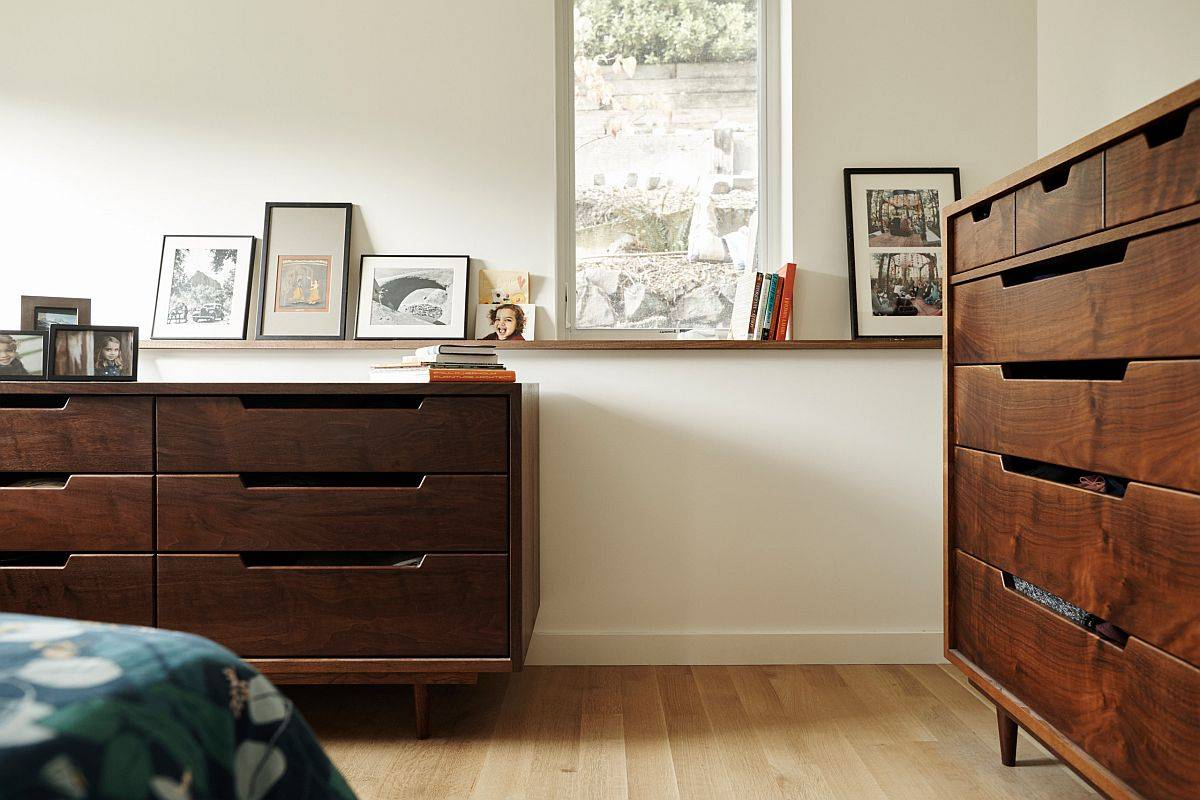 Bedroom-in-white-with-classic-wooden-drawers-and-ample-natural-light-71818