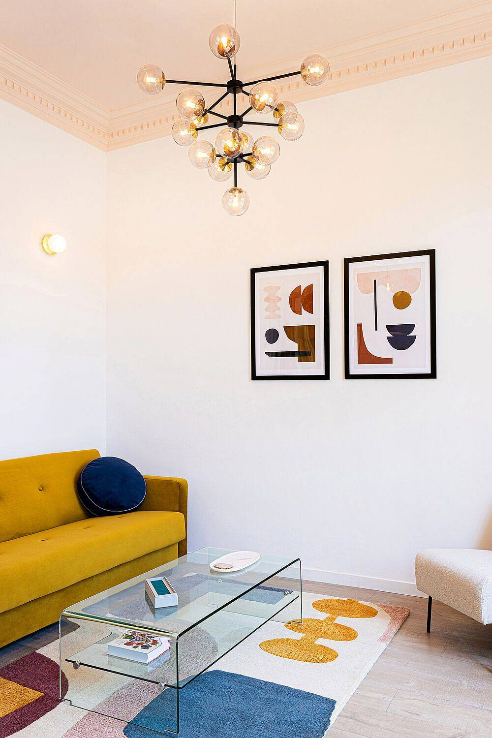 Delight-pops-of-yellow-blue-and-red-enliven-the-neutral-living-space-73245