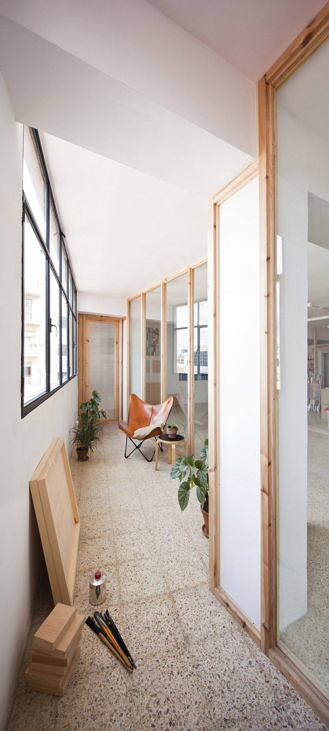 Ingenious-wooden-partitions-alter-th-appeal-of-this-light-filled-Barcelona-office-79389-scaled