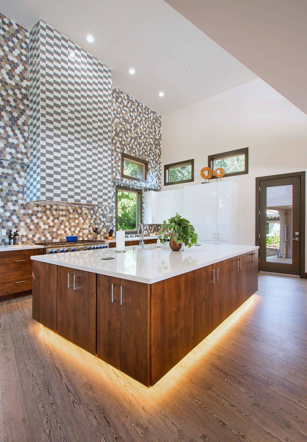 Lighting-beneath-the-kitchen-island-gives-it-a-fabulous-visual-appeal-89131