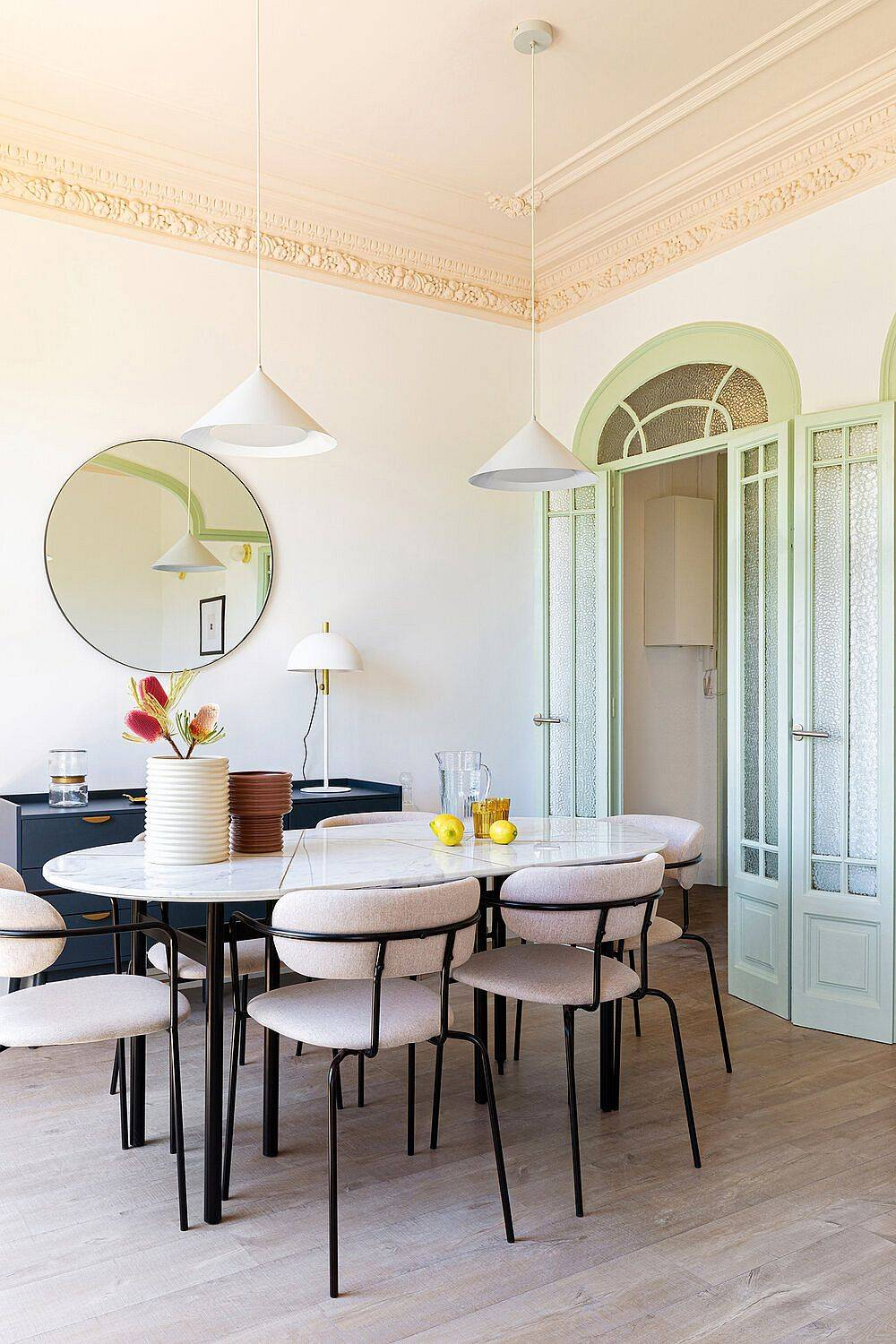 Lovely-and-classic-crown-moulding-of-the-room-is-carefully-combined-with-modern-decor-23216