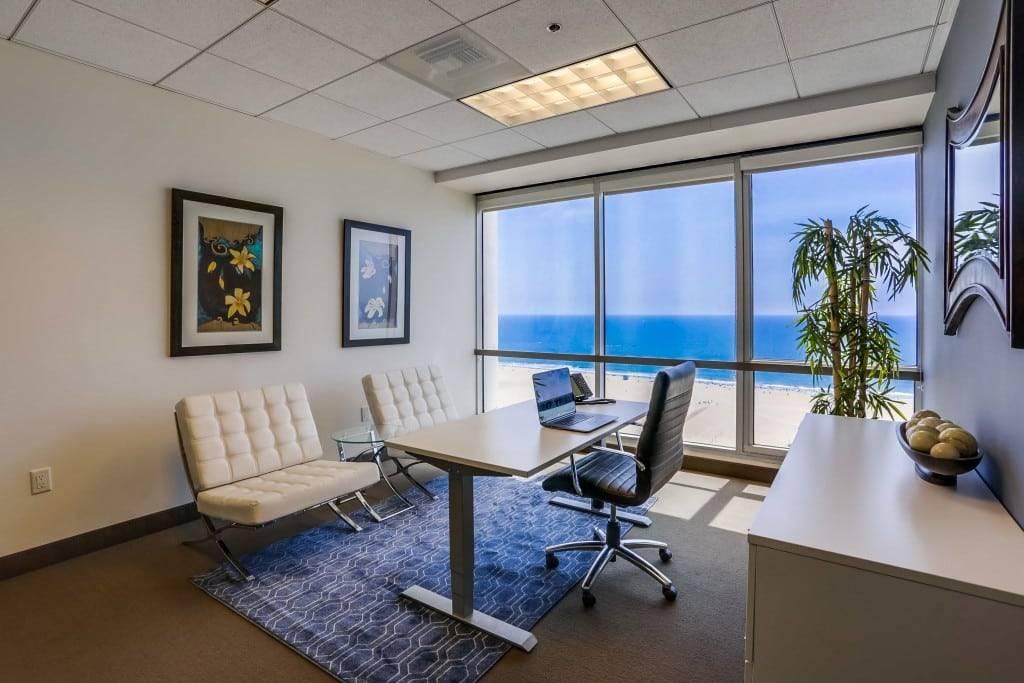 Kantor rumah mewah dengan pemandangan.