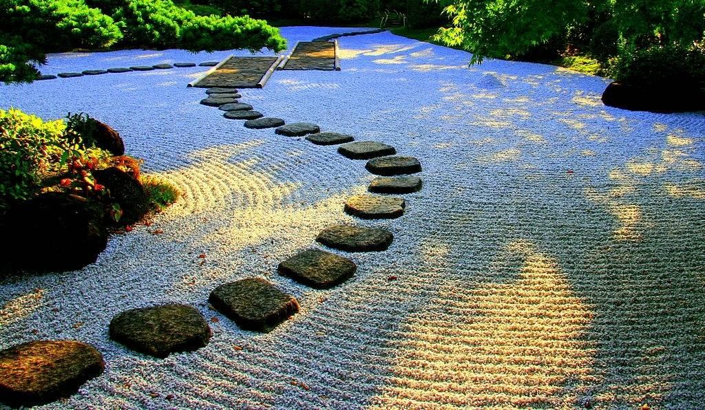 Waktu senja di taman batu Jepang.