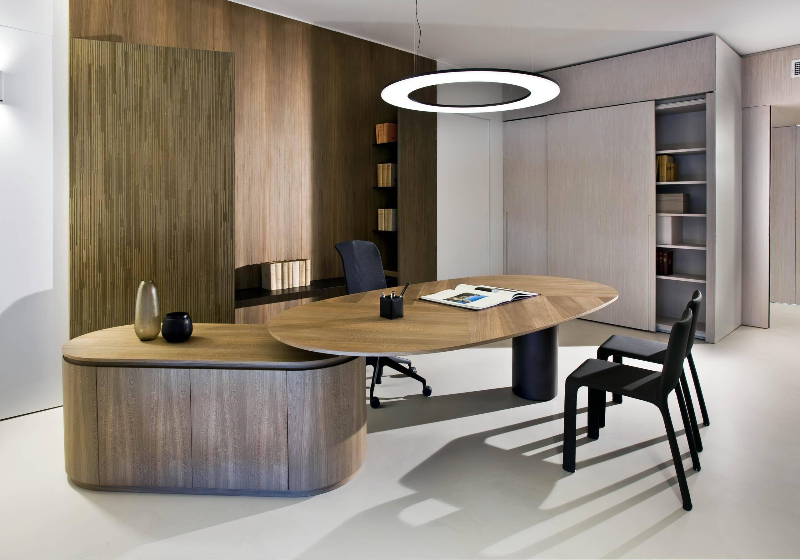Meja kayu oval.