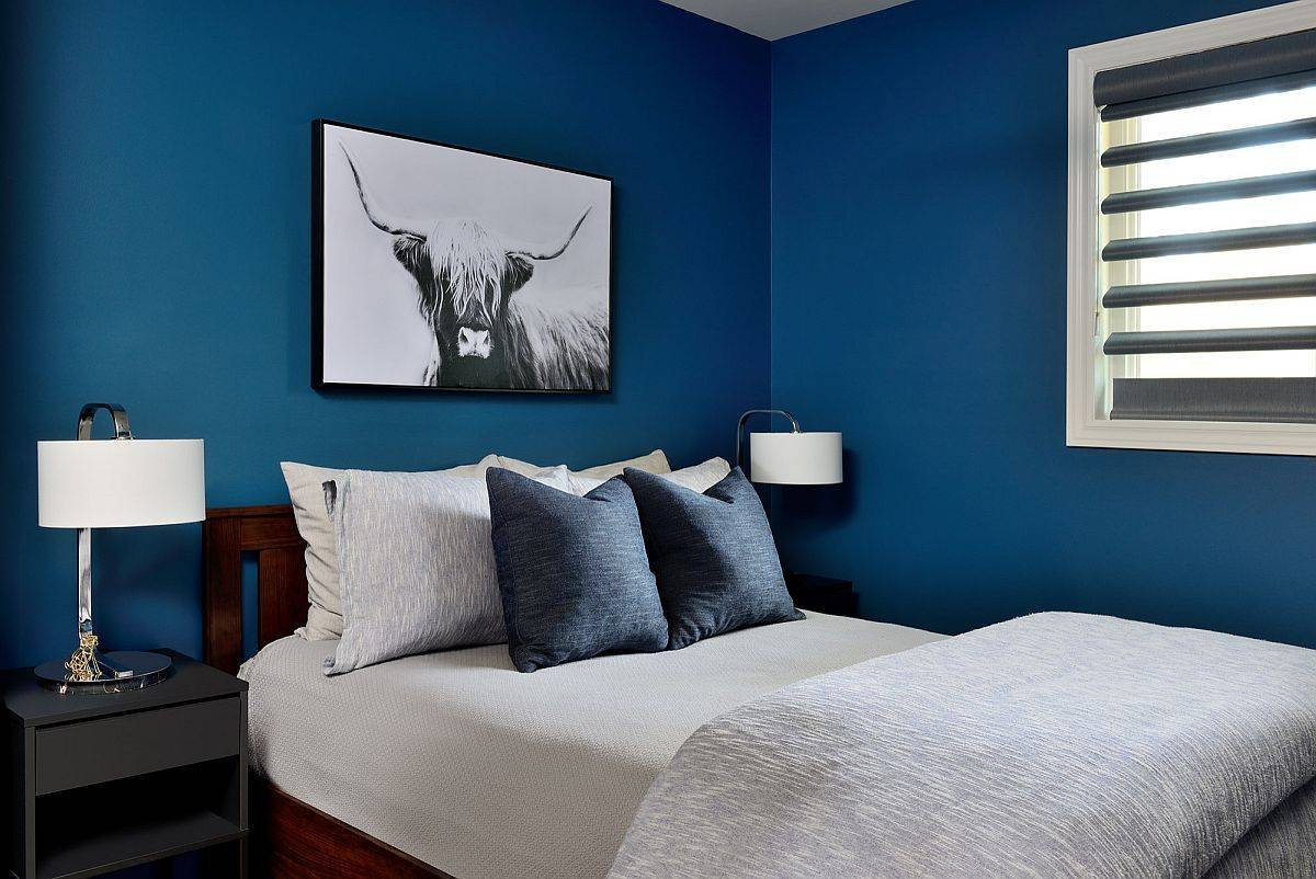 Small-contemporary-bedroom-in-deep-navy-blue-is-an-absolute-showstopper-71523