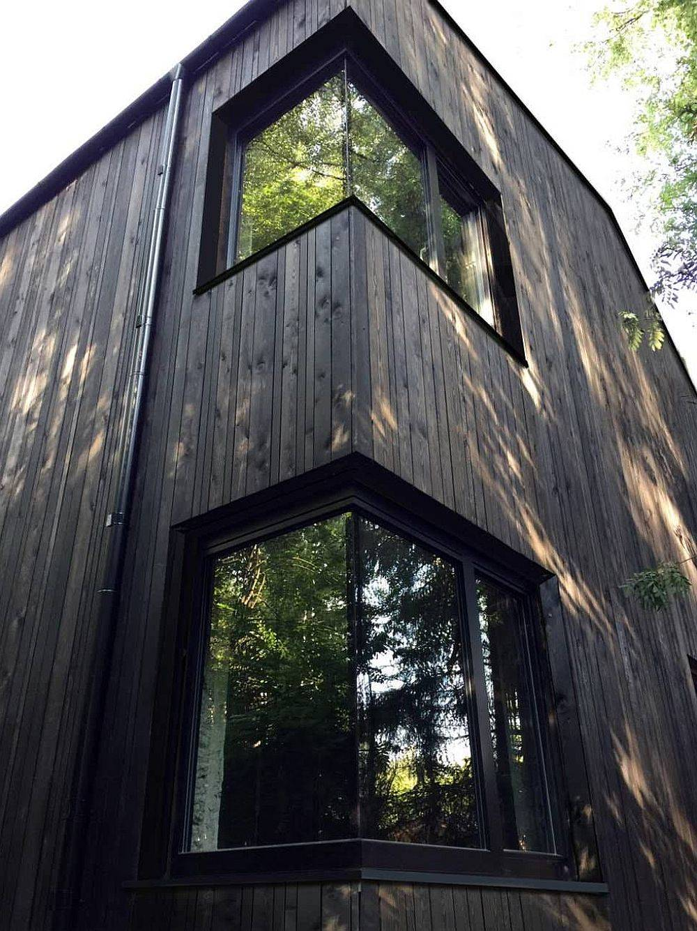 Smart-placement-of-corner-windows-helps-in-creating-a-great-passive-house-17246