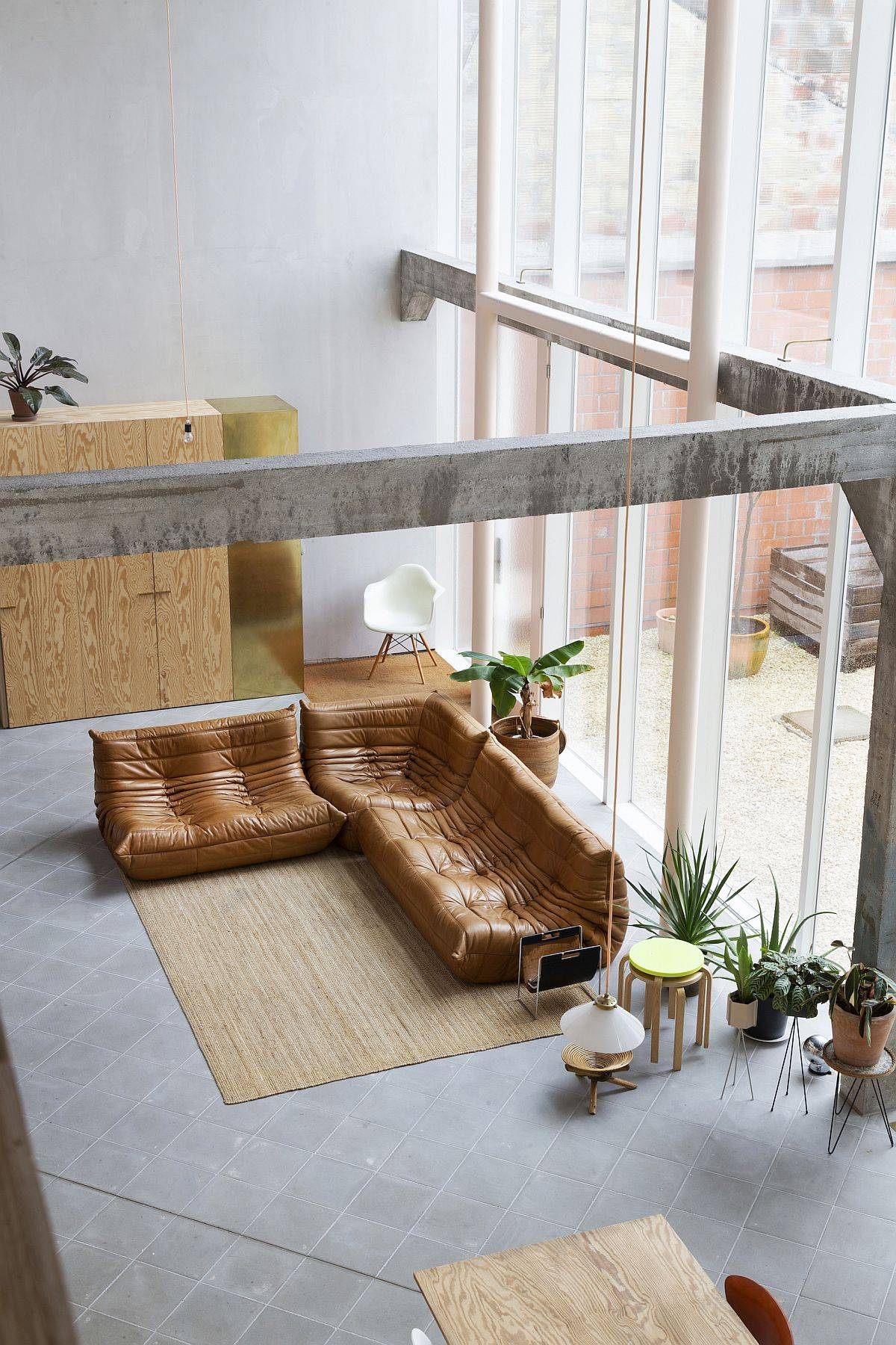 Spacious-and-sweeping-new-interiors-of-the-home-adapt-to-the-basic-design-of-the-old-brewery-89110