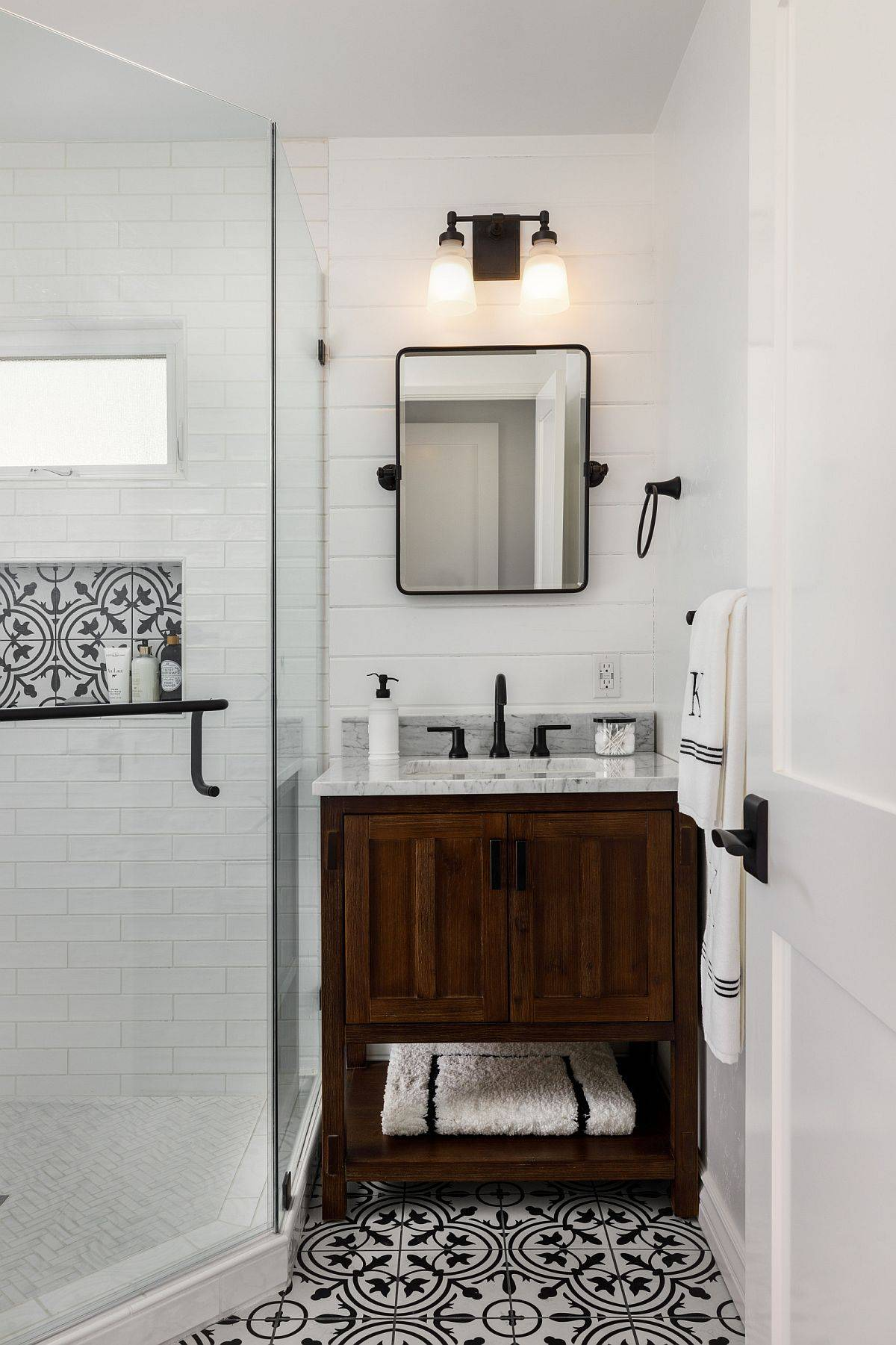 Beach-and-farmhouse-styles-rolled-into-one-in-the-small-bathroom-with-vanity-in-the-corner-31648