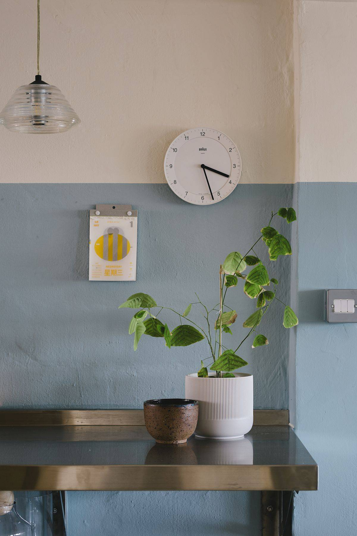 Blue-and-white-walls-give-the-apartment-a-glowing-relaxing-appeal-48455