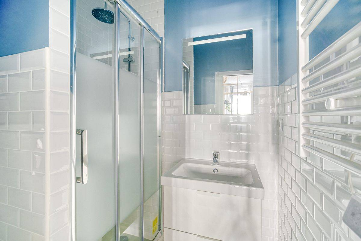 Compact-and-mdoern-bathroom-in-blue-and-white-90649
