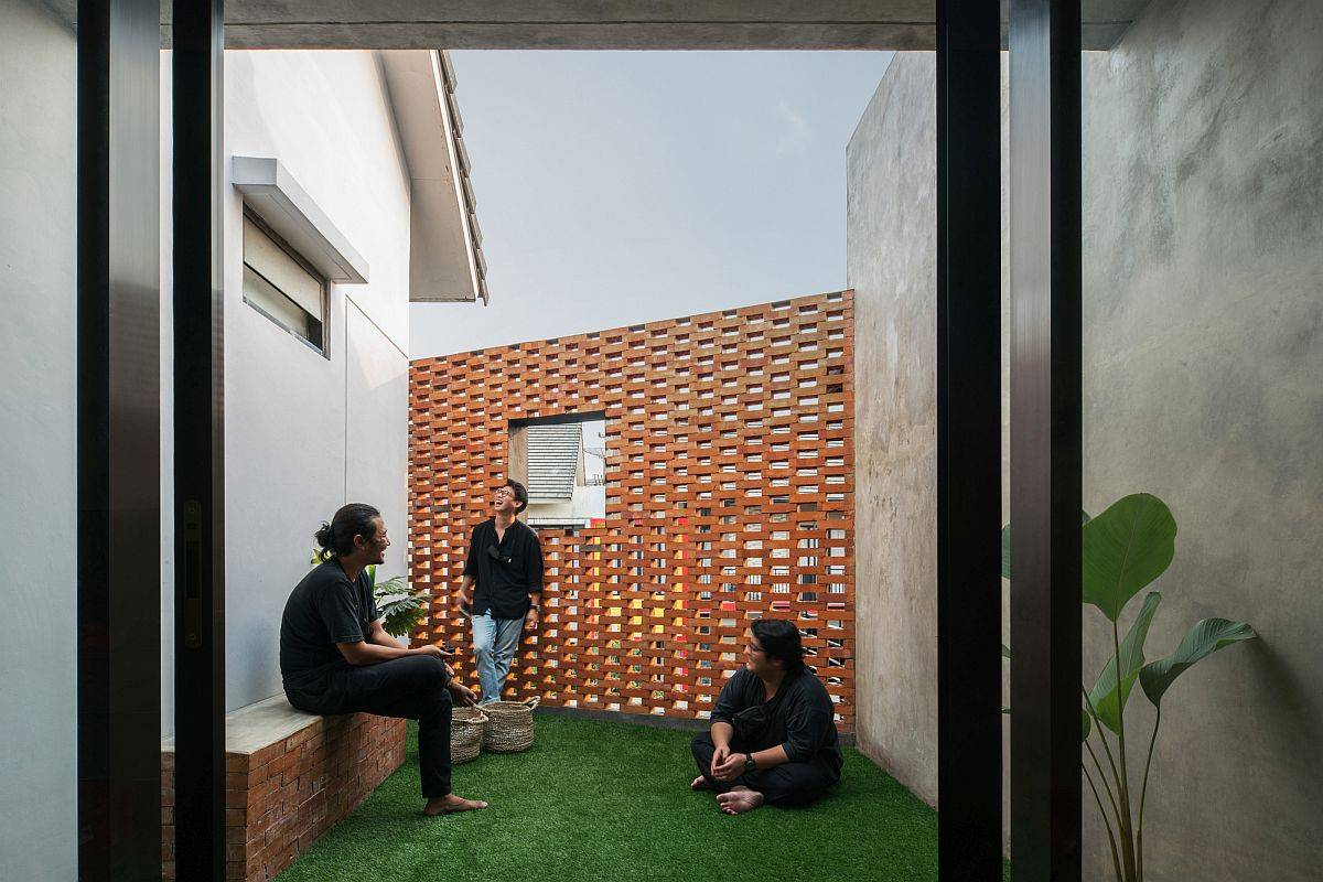 Covered-courtyard-of-the-home-offers-a-sheltered-personal-escape-63285