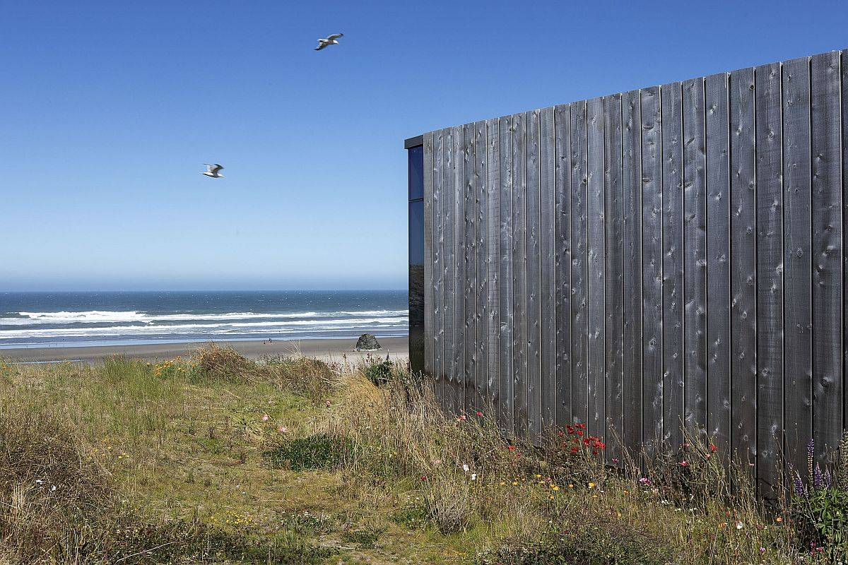 Exterior-clad-in-wooden-boards-for-the-fabulous-beach-house-in-Bandon-Oregon-83312