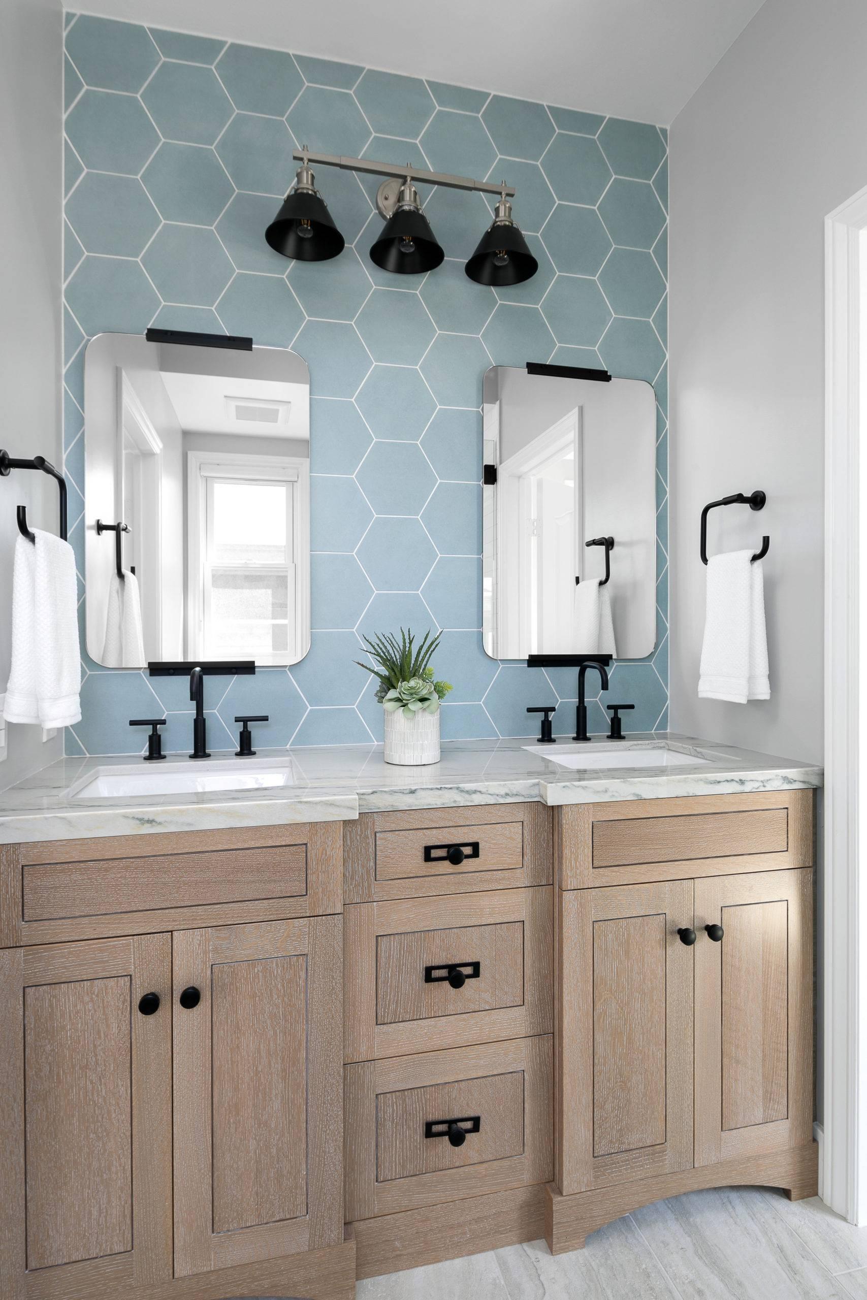 Gorgeous-hexagonal-tiled-blue-backsplash-for-the-small-beach-style-bathroom-47375-scaled