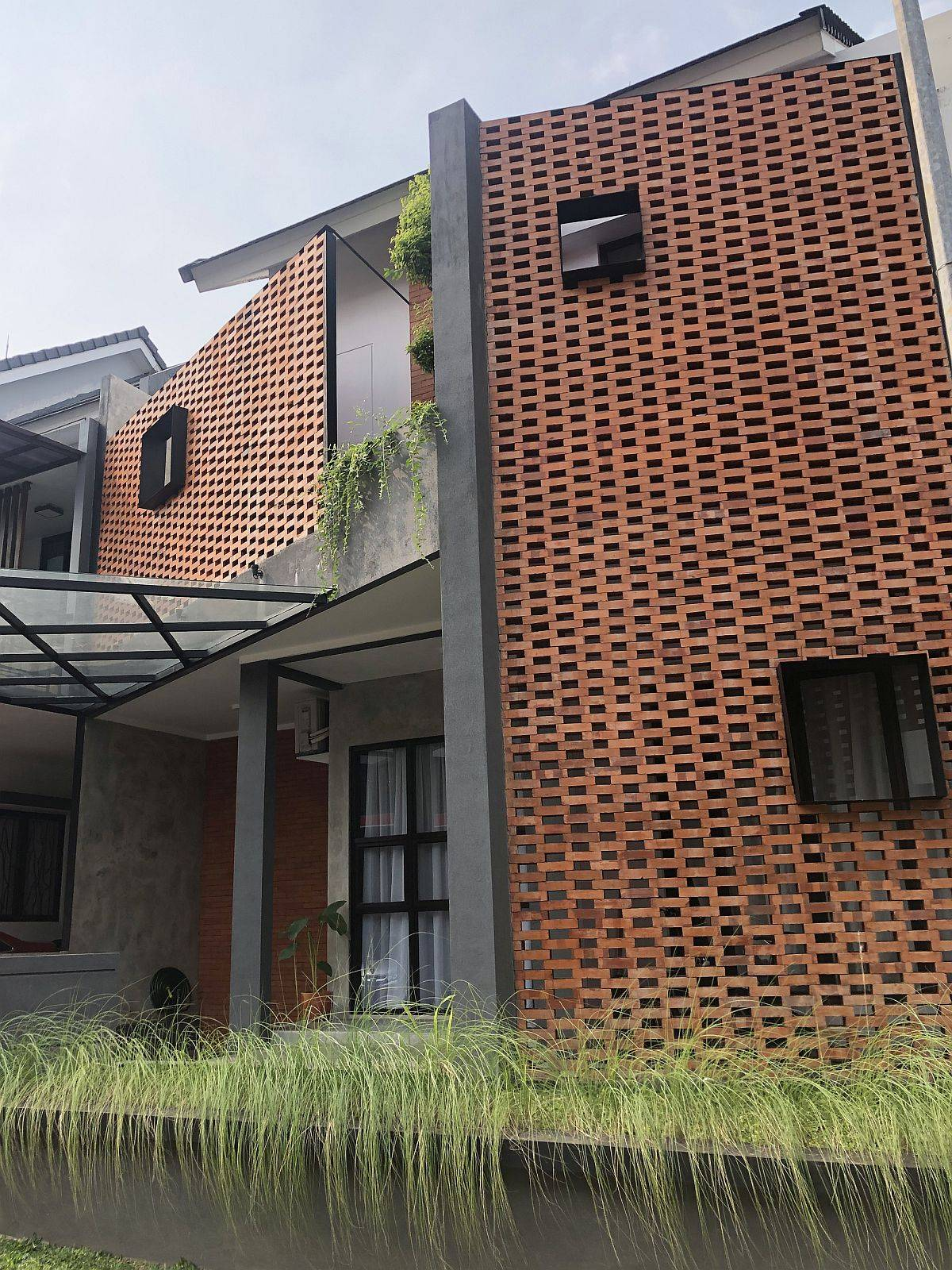 Lovely-interlocking-brick-facade-makes-an-instant-visual-impact-after-renovation-47126
