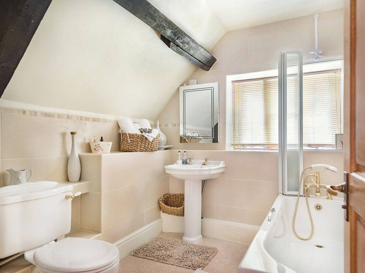 Modern-influences-coupled-with-farmhouse-style-in-the-small-attic-level-bathroom-91143