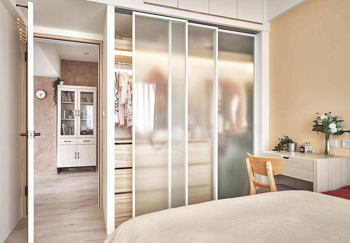 Modern-space-savvy-bedroom-idea-with-custom-wardrobe-that-features-frosted-glass-doors-64783