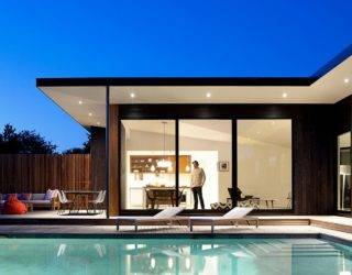 Hamptons Bungalow: Luxurious Weekend Retreat with Inviting Outdoor Escapes