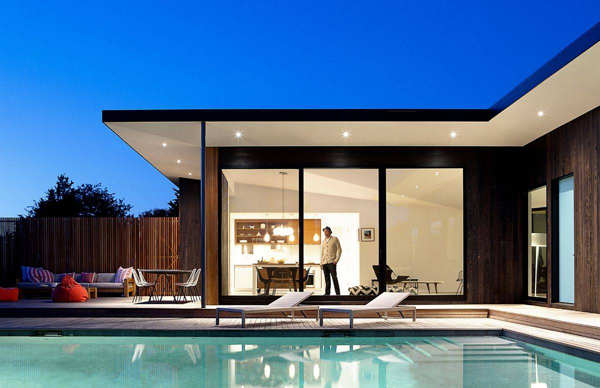 Relaxing-pool-area-and-deck-of-the-home-with-fabulous-mdoern-lighting-10613
