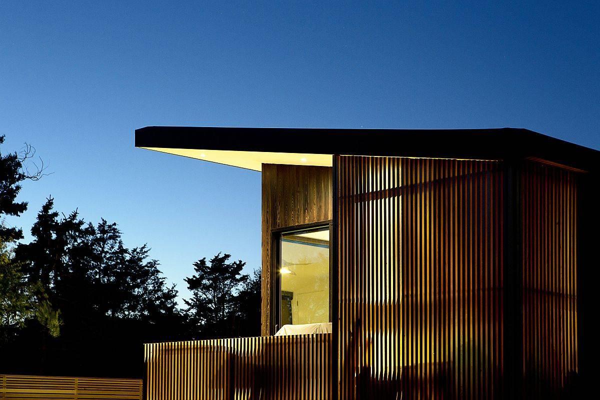 Shou-shugi-ban-cypress-siding-gives-the-weekend-retreat-in-Hamptons-a-cozy-modern-appeal-81119