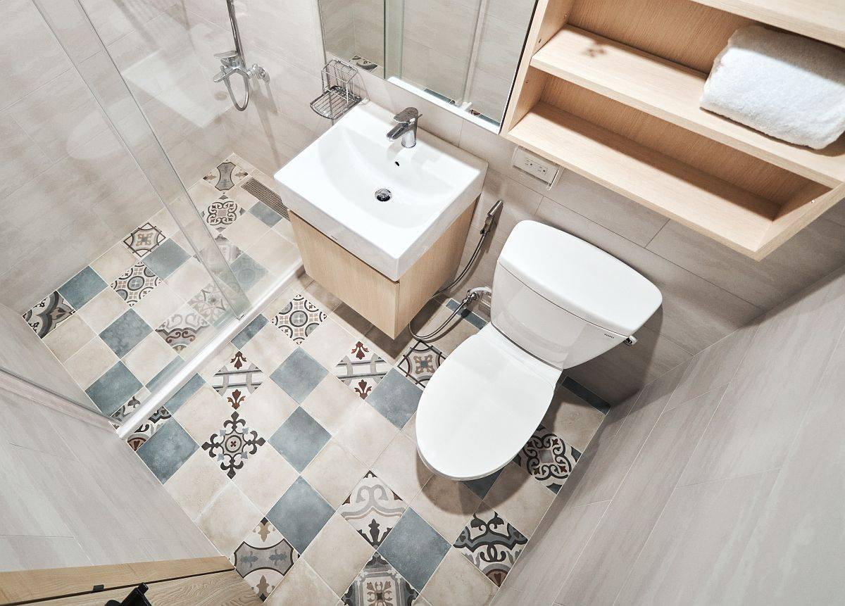 Tiny-bathroom-design-idea-with-floor-tiles-that-usher-in-pattern-38808