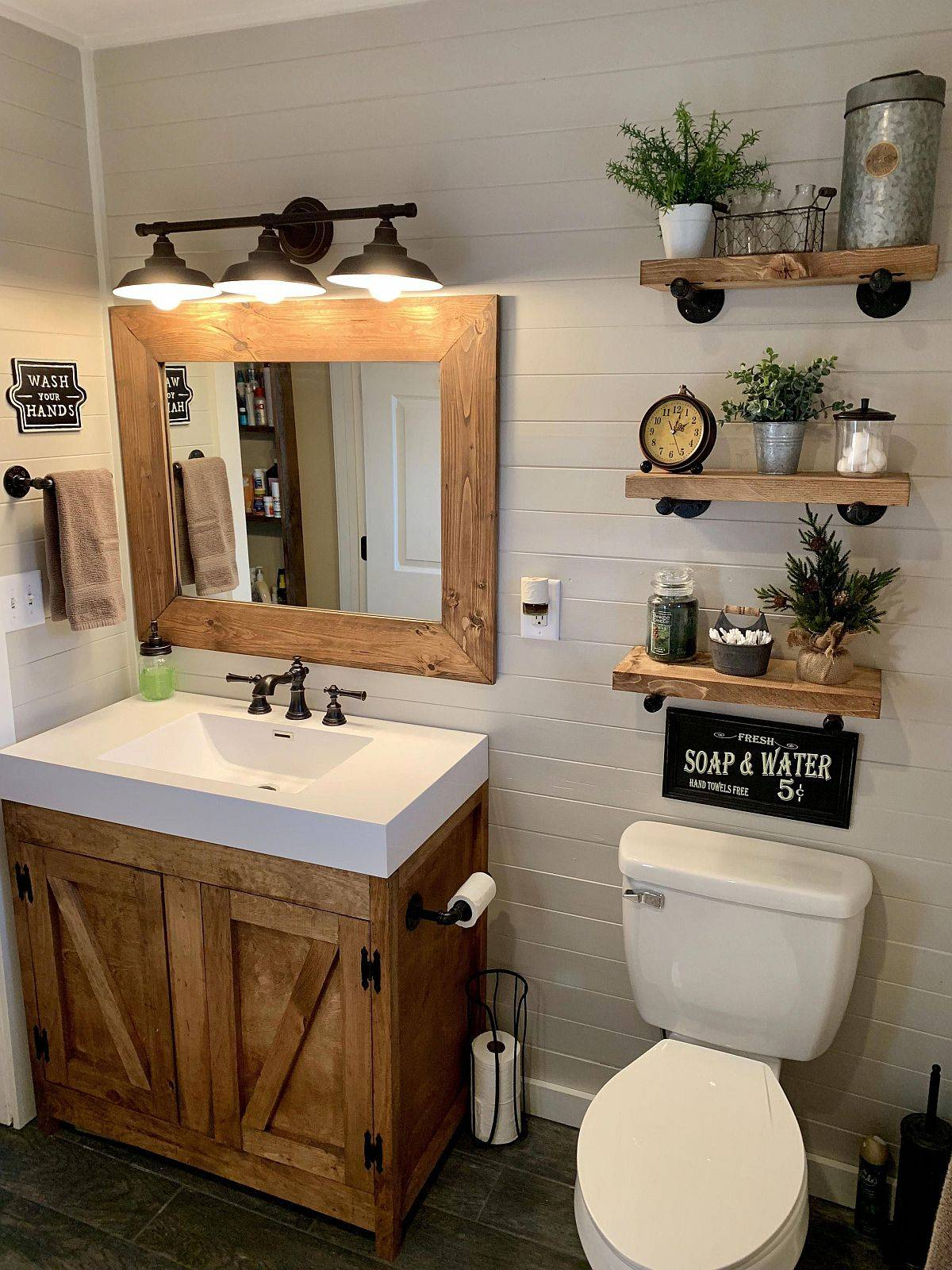 Tiny-white-and-wood-bathroom-in-farmhouse-style-46759