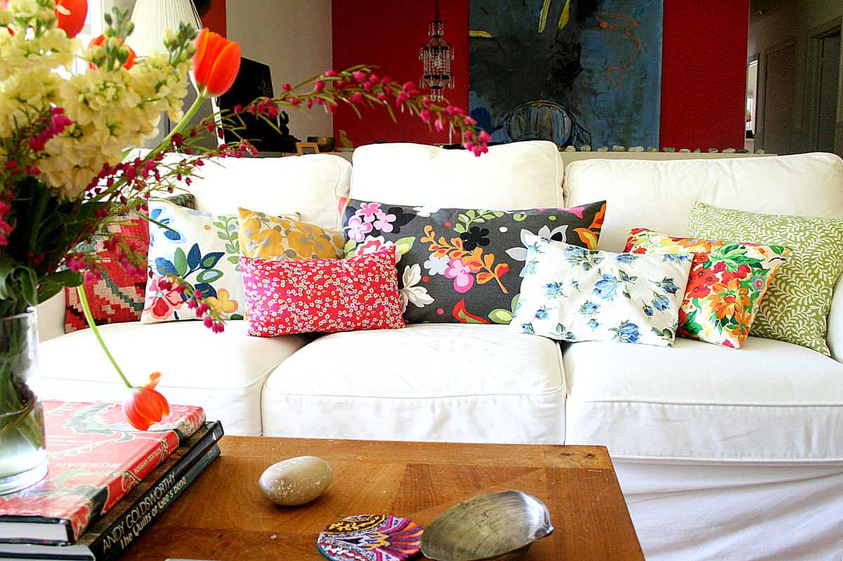 Accent-pillows-with-floral-prints-are-a-hot-trend-even-in-fall-and-winter-this-year-21314