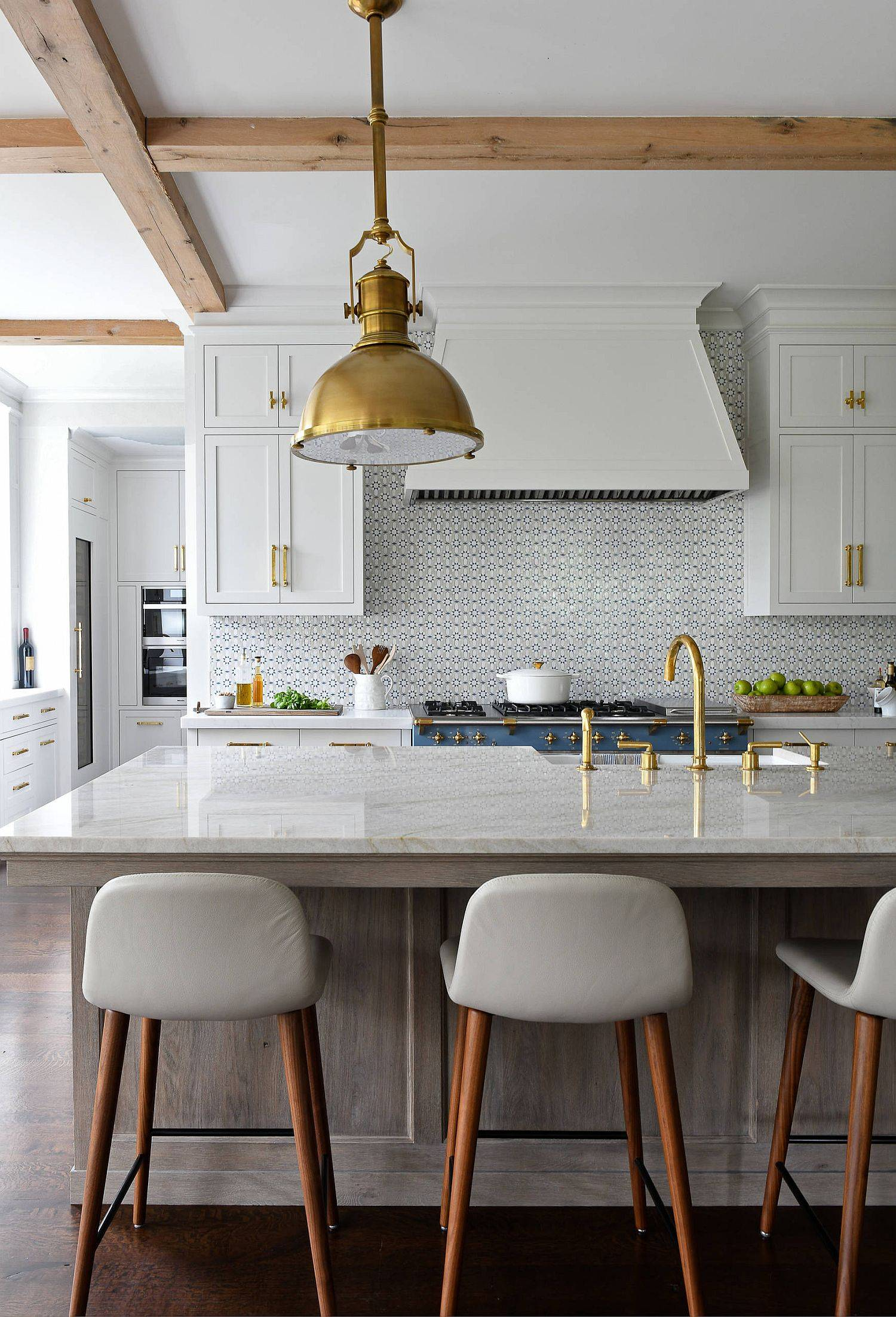 Bring-golden-glint-to-the-kitchen-using-fittings-and-pendants-42315