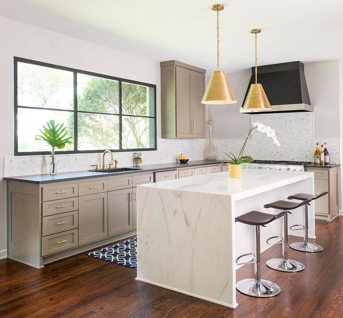 Dazzling-pendants-add-golden-metallic-glint-to-this-kitchen-in-neutral-hues-43299