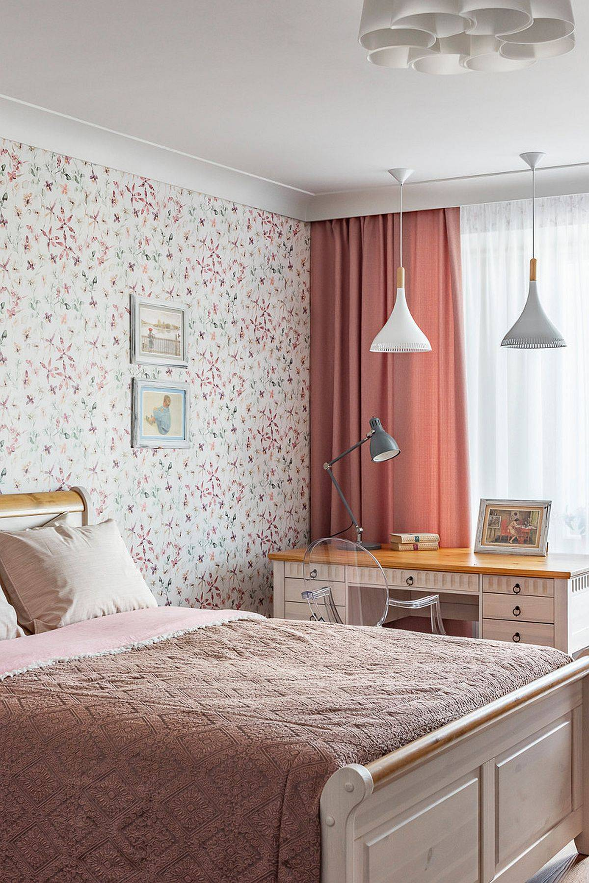 Flowery-wallpaper-in-light-pink-is-just-perfect-for-the-teen-girl-bedroom-20462