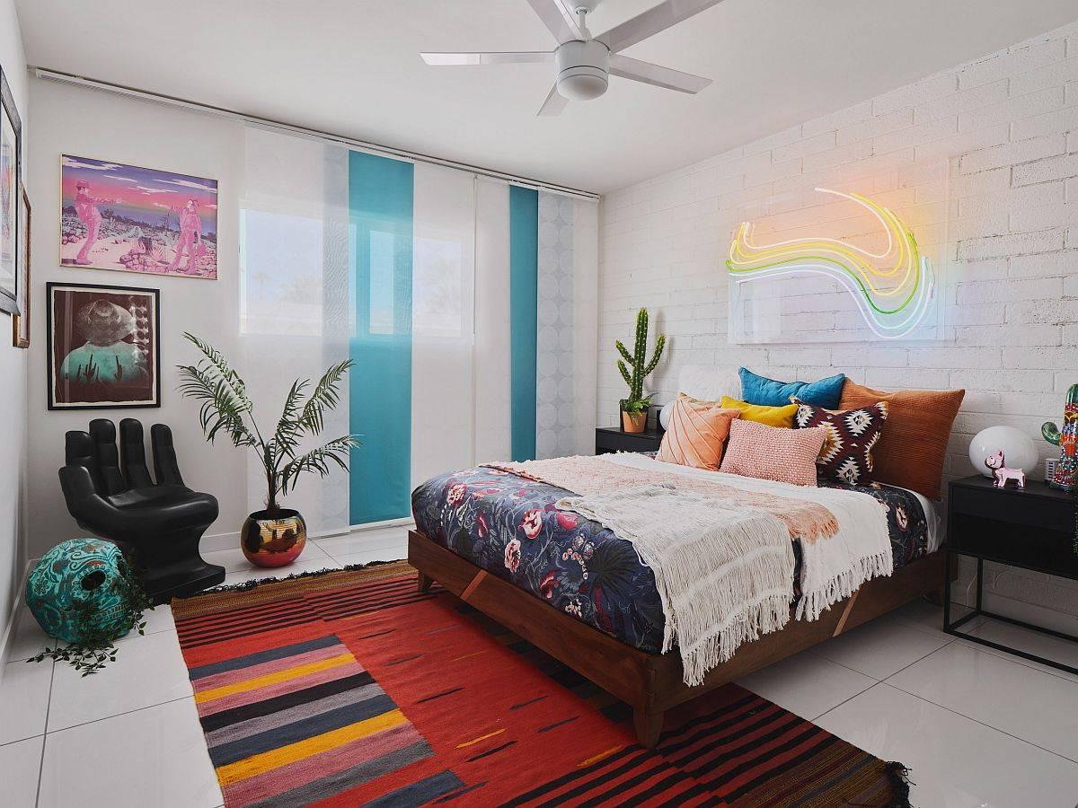 Lampu neon-menambahkan-menyilaukan-dan-kelas-ke-kamar tidur-kontemporer-dengan-sentuhan-lusuh-chic-pesona-dan-kelas-14420