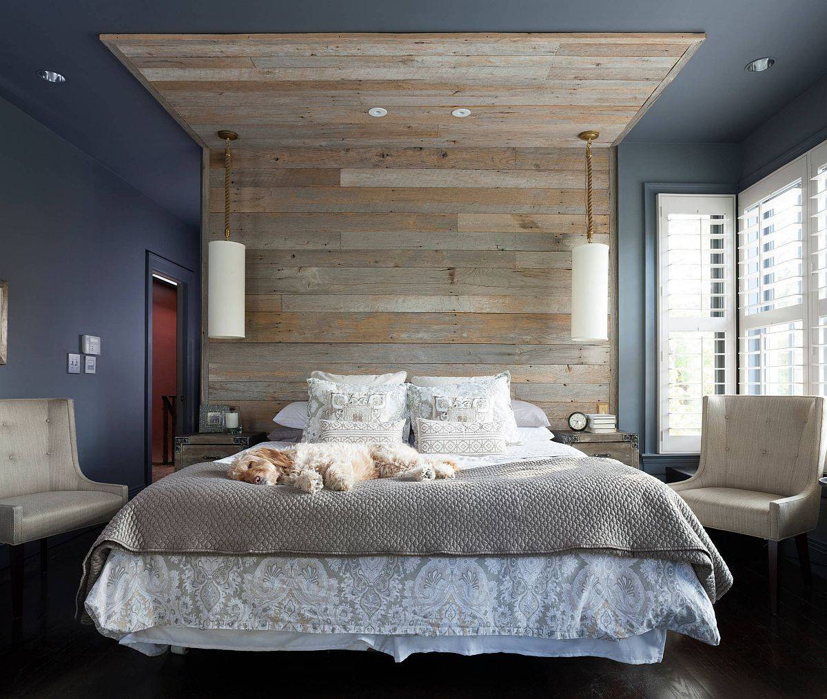 Reklamasi-kayu-panel-buat-a-headboard-yang-berfungsi-all-up-to-the-ceiling-57547