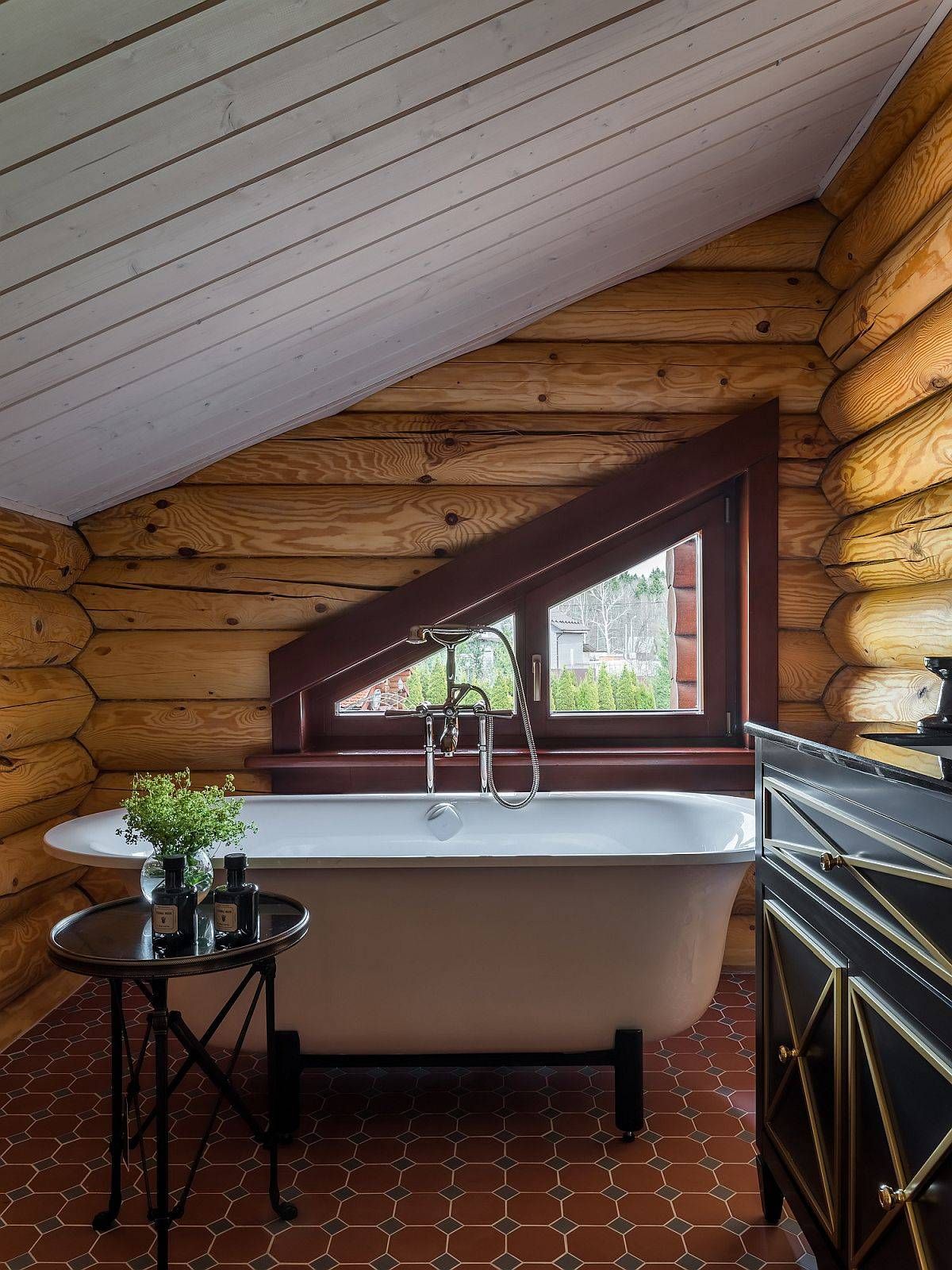 Tiny-attic-bathroom-embraces-the-modern-rustic-style-gleefully-44147